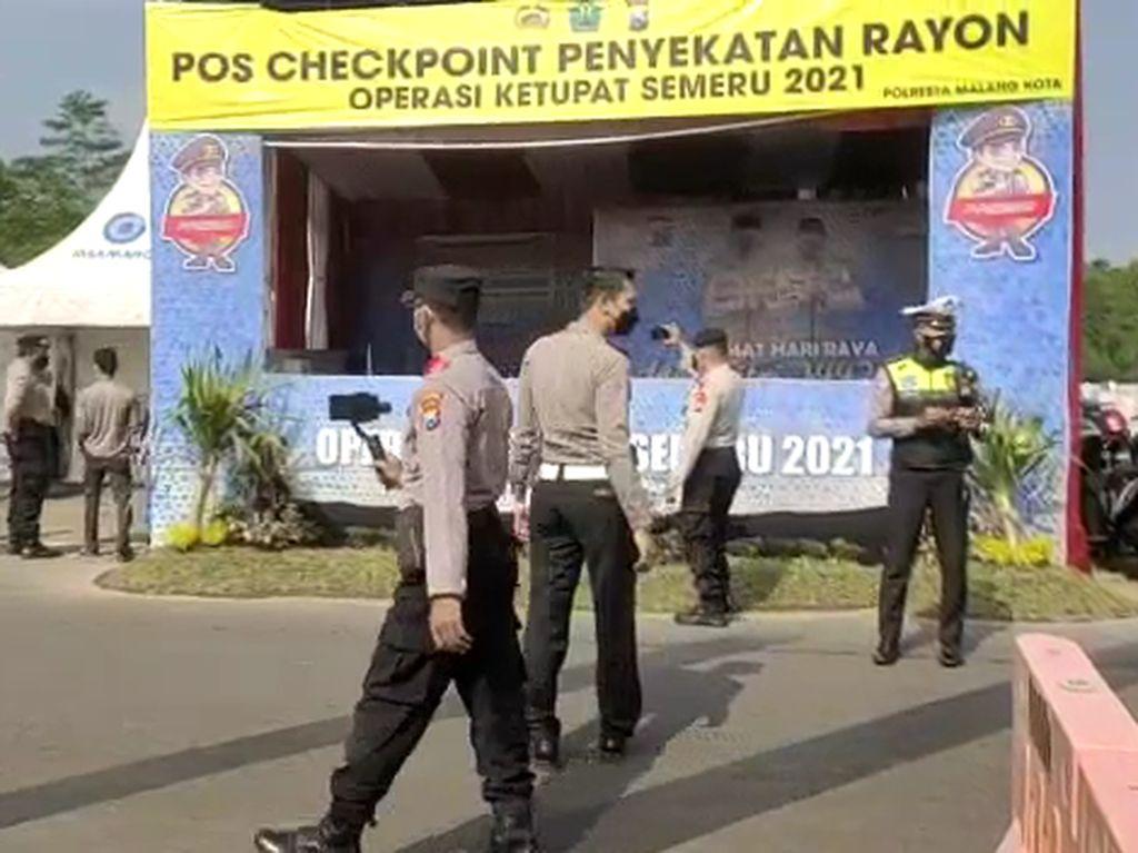 Sebuah Mobil Terobos Penyekatan di Exit Tol Malang, Nyaris Tabrak Polisi