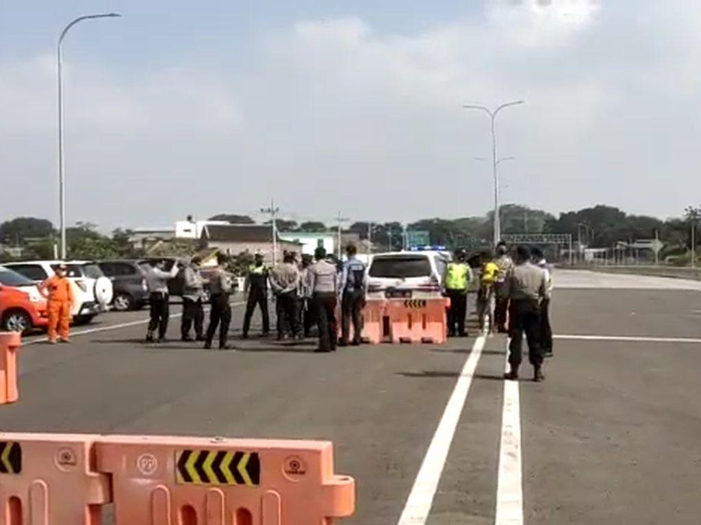 Sempat Kabur 500 Meter, Mobil Terobos Penyekatan di Tol Malang Dihentikan