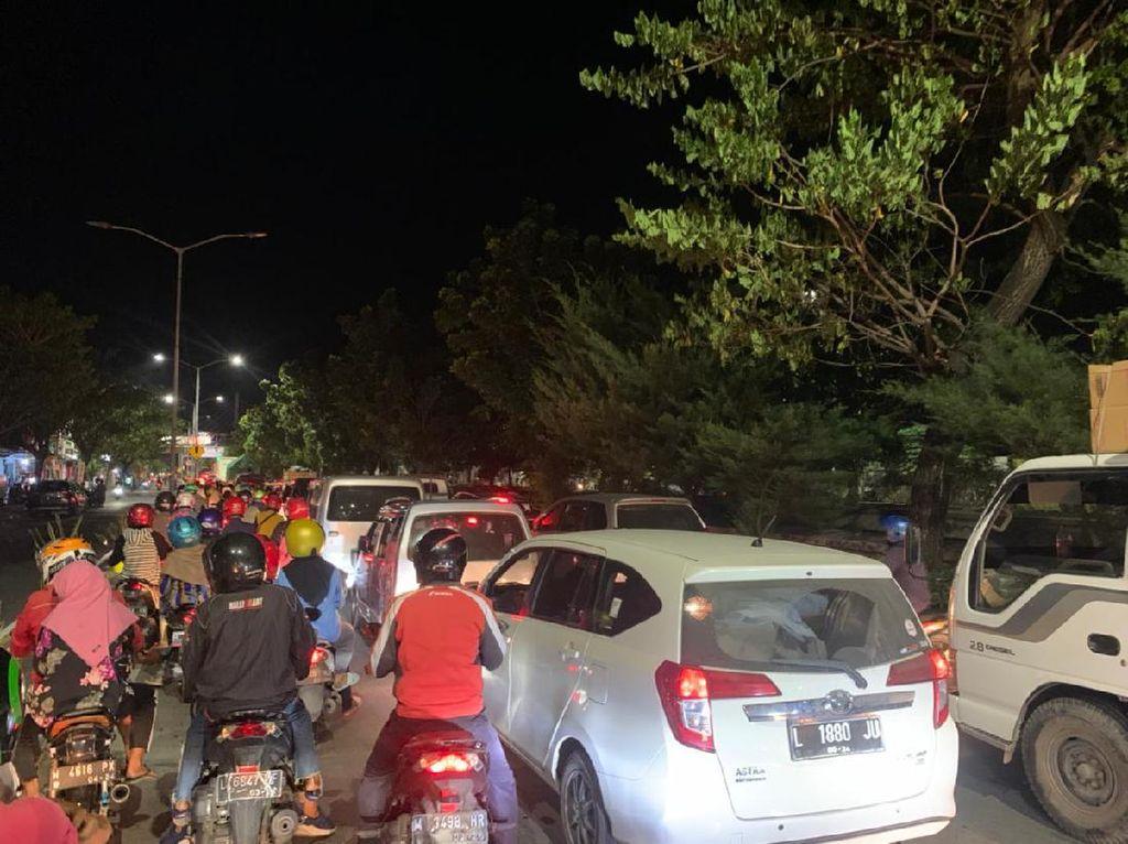Jalur Penyekatan Jembatan Suramadu Arah Madura Macet Hingga 1 KM