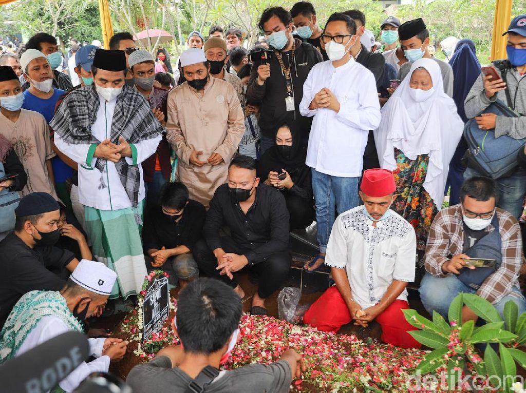 Ratusan Orang Hadiri Pemakaman Sapri Pantun