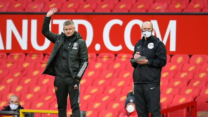 MANCHESTER, ENGLAND - MAY 11: Ole Gunnar Solskjaer, Manager of Manchester United reacts next to Fourth Official, Mike Dean (R) during the Premier League match between Manchester United and Leicester City at Old Trafford on May 11, 2021 in Manchester, England. Sporting stadiums around the UK remain under strict restrictions due to the Coronavirus Pandemic as Government social distancing laws prohibit fans inside venues resulting in games being played behind closed doors.  (Photo by Peter Powell - Pool/Getty Images)