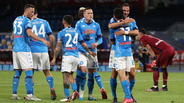 NAPLES, ITALY - MAY 11: Hirving Lozano of SSC Napoli celebrates with team mate Fabian Ruiz after scoring their sides third goal during the Serie A match between SSC Napoli and Udinese Calcio at Stadio Diego Armando Maradona on May 11, 2021 in Naples, Italy. Sporting stadiums around Italy remain under strict restrictions due to the Coronavirus Pandemic as Government social distancing laws prohibit fans inside venues resulting in games being played behind closed doors. (Photo by Francesco Pecoraro/Getty Images)