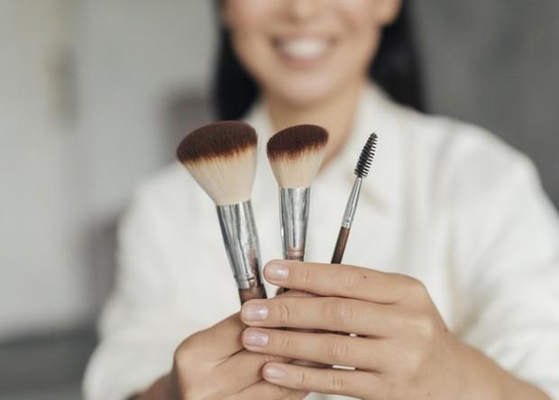 Membersihkan brush enggak cukup hanya dengan air saja lho, Beautynesian. Oleh sebab itu, kamu perlu menggunakan cleanser atau sabun.