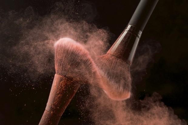 Salah satu penyebab munculnya jerawat adalah karena peralatan make up-mu kurang terjaga kebersihannya.