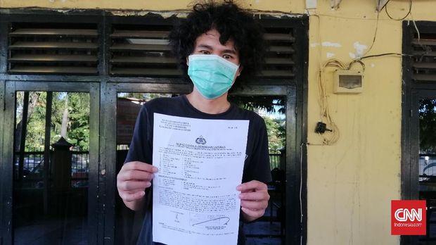 Editor detikcom di Surabaya, Suki (32), mengalami tindak pengeroyokan sejumlah orang tak dikenal, Rabu (12/5) dininhari tadi. Ia diduga dihajar sebanyak 3-4 orang. Akibatnya bibir, bagian wajah dan tangan Suki mengalami luka memar.
