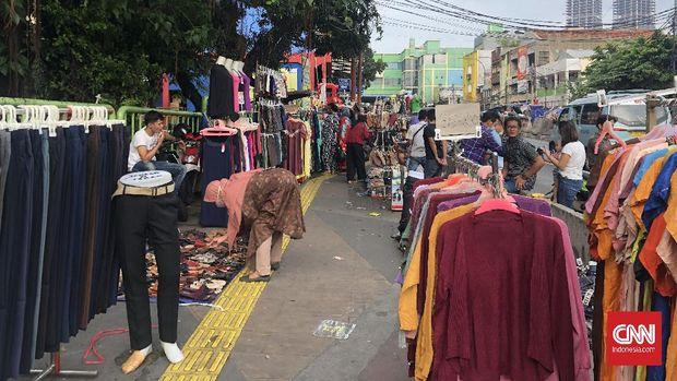 Pasar Tanah Abang, Jakarta Pusat, mulai ditutup pada hari ini (12/5) hingga 18 Mei mendatang. Dari pantauan di lapangan, gedung Blok B, C, D, hingga Metro tertutup rapat.