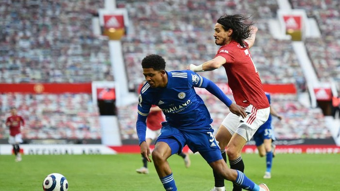 MANCHESTER, ENGLAND - MAY 11: Edinson Cavani of Manchester United battles for possession with Wesley Fofana of Leicester City during the Premier League match between Manchester United and Leicester City at Old Trafford on May 11, 2021 in Manchester, England. Sporting stadiums around the UK remain under strict restrictions due to the Coronavirus Pandemic as Government social distancing laws prohibit fans inside venues resulting in games being played behind closed doors.  (Photo by Peter Powell - Pool/Getty Images)