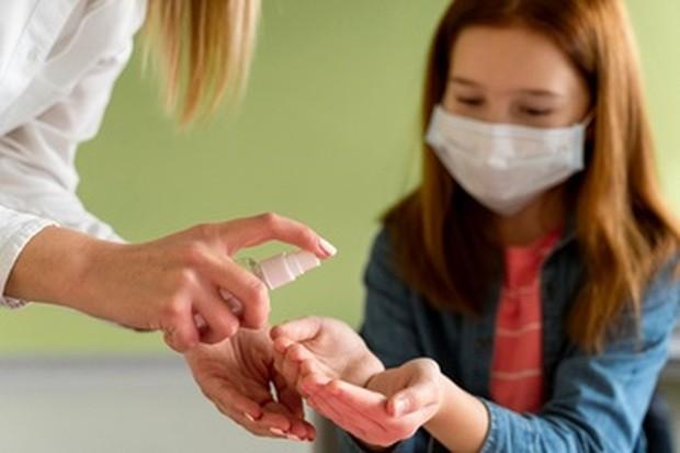 Membersihkan tangan dengan hand sanitizer/freepik.com