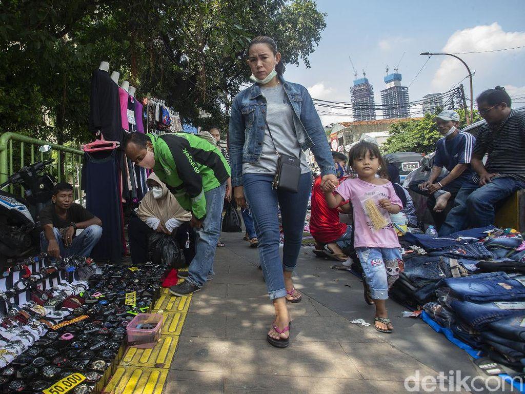 Foto-foto PKL Tanah Abang Gelar Lapak di Trotoar