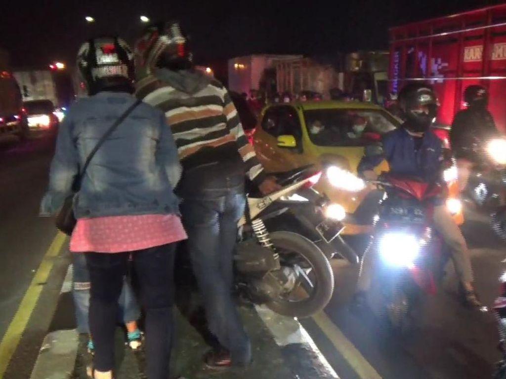 Pemudik di Subang Angkat Motor Lewati Separator untuk Cari Jalur Tikus