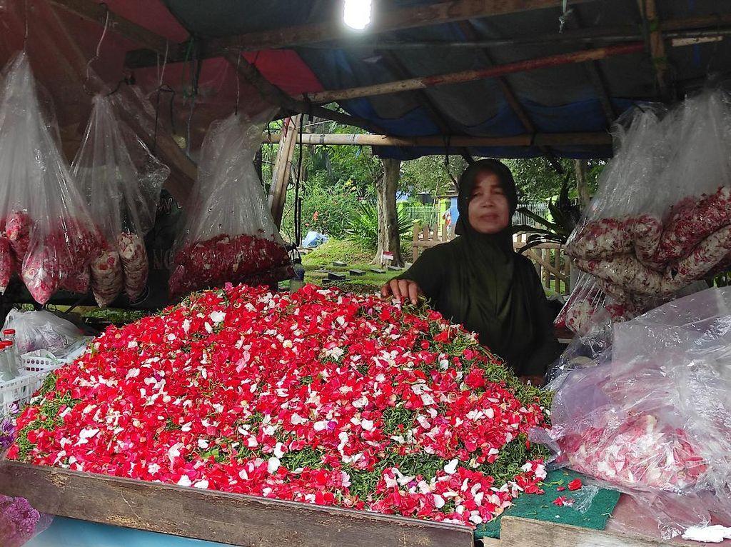 Penjual Bunga TPU Pondok Kelapa Kecewa Kabar Ziarah Ditiadakan Tiba-tiba