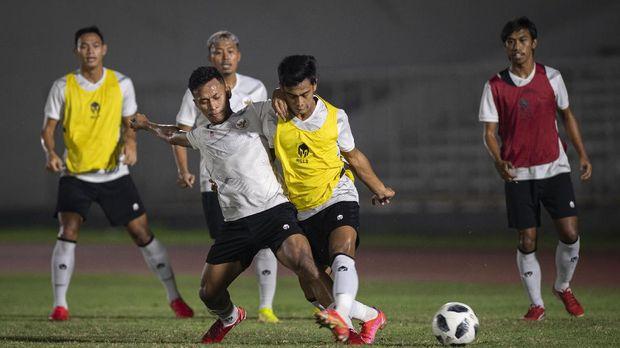 Pesepak bola Osvaldo Haay (kedua kiri, bawah) berebut bola dengan rekannya, Pratama Arhan (kedua kanan) saat latihan Timnas Senior Indonesia di Stadion Madya, kompleks Gelora Bung Karno (GBK), Senayan, Jakarta, Selasa (11/5/2021). Latihan tersebut dilakukan sebagai pesiapan Timnas Indonesia menghadapi Uni Emirat Arab (UEA) di Dubai pada 17 Mei 2021 dan dua laga sisa lainnya di Kualifikasi Piala Dunia 2022 Zona Asia Grup G. ANTARA FOTO/Aditya Pradana Putra/foc.