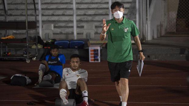 Pelatih Shin Tae-yong (kanan) memberikan pengarahan kepada para pesepak bola dalam latihan Timnas Senior Indonesia di Stadion Madya, kompleks Gelora Bung Karno (GBK), Senayan, Jakarta, Selasa (11/5/2021). Latihan tersebut dilakukan sebagai pesiapan Timnas Indonesia menghadapi Uni Emirat Arab (UEA) di Dubai pada 17 Mei 2021 dan dua laga sisa lainnya di Kualifikasi Piala Dunia 2022 Zona Asia Grup G. ANTARA FOTO/Aditya Pradana Putra/foc.