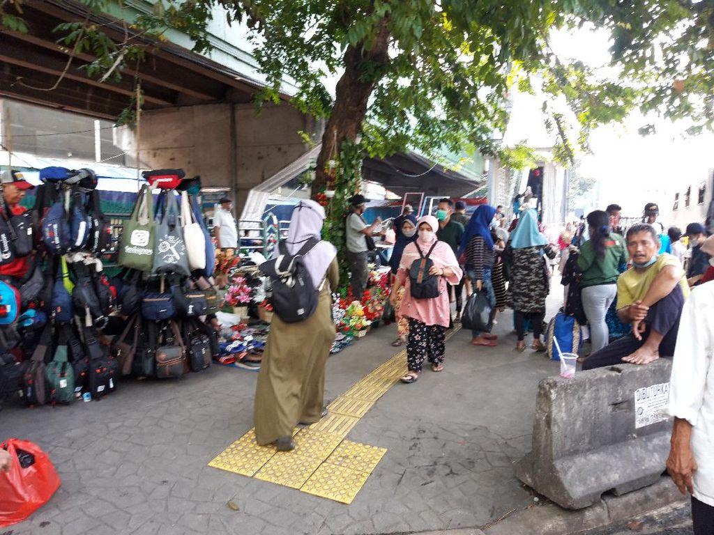 Pasar Tanah Abang Tutup, PKL Ramai Jualan di Trotoar