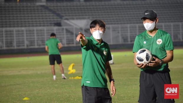 Shin Tae Yong akan mengerucutkan skuad Timnas Indonesia menjadi 28 pemain untuk berangkat ke Dubai, Uni Emirat Arab. Hal tersebut diungkapkan Shin seusai memimpin latihan pada Selasa (11/5) malam.
