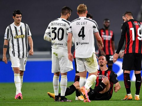 TURIN, ITALY - MAY 09: Zlatan Ibrahimovic of A.C. Milan clashes with Matthijs De Ligt of Juventus during the Serie A match between Juventus  and AC Milan at  on May 09, 2021 in Turin, Italy. Sporting stadiums around Italy remain under strict restrictions due to the Coronavirus Pandemic as Government social distancing laws prohibit fans inside venues resulting in games being played behind closed doors. (Photo by Valerio Pennicino/Getty Images)