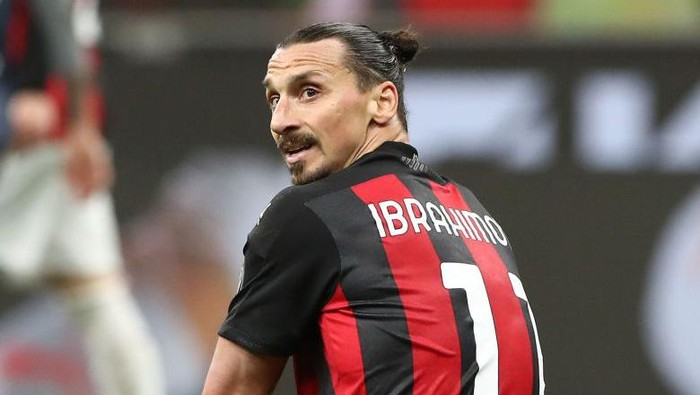MILAN, ITALY - MAY 01: Zlatan Ibrahimovic of AC Milan looks on during the Serie A match between AC Milan and Benevento Calcio at Stadio Giuseppe Meazza on May 01, 2021 in Milan, Italy. Sporting stadiums around Italy remain under strict restrictions due to the Coronavirus Pandemic as Government social distancing laws prohibit fans inside venues resulting in games being played behind closed doors. (Photo by Marco Luzzani/Getty Images)