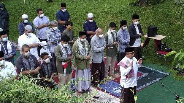 Gubernur DKI Anies Baswedan (baris kedua, lima dari kanan) melaksanakan Shalat Id dilengkapi sorban Palestina di rumah pribadinya di Lebak Bulus, Jakarta Selatan, Kamis (13/5/2021). (ANTARA/Dewa Ketut Sudiarta Wiguna)
