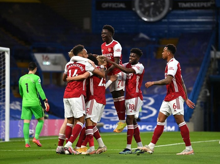 LONDON, ENGLAND - MAY 12: Emile Smith Rowe of Arsenal celebrates with team mates after scoring their sides first goal during the Premier League match between Chelsea and Arsenal at Stamford Bridge on May 12, 2021 in London, England. Sporting stadiums around the UK remain under strict restrictions due to the Coronavirus Pandemic as Government social distancing laws prohibit fans inside venues resulting in games being played behind closed doors. (Photo by Shaun Botterill/Getty Images)