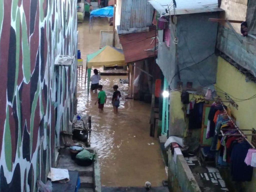 Banjir di Kampung Aur Medan Mulai Surut, Warga Salat Id di Masjid