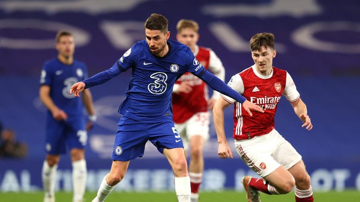 LONDON, ENGLAND - MAY 12: Jorginho of Chelsea battles for possession with Kieran Tierney of Arsenal  during the Premier League match between Chelsea and Arsenal at Stamford Bridge on May 12, 2021 in London, England. Sporting stadiums around the UK remain under strict restrictions due to the Coronavirus Pandemic as Government social distancing laws prohibit fans inside venues resulting in games being played behind closed doors. (Photo by Catherine Ivill/Getty Images)