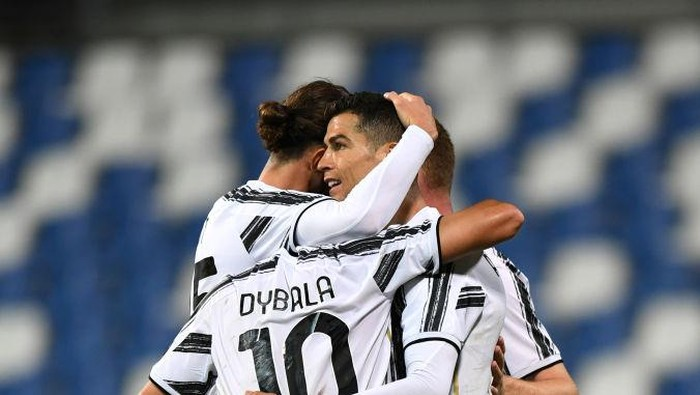 REGGIO NELLEMILIA, ITALY - MAY 12: Cristiano Ronaldo of Juventus celebrates with Paulo Dybala after scoring their sides second goal during the Serie A match between US Sassuolo and Juventus at Mapei Stadium - Città del Tricolore on May 12, 2021 in Reggio nellEmilia, Italy. Sporting stadiums around Italy remain under strict restrictions due to the Coronavirus Pandemic as Government social distancing laws prohibit fans inside venues resulting in games being played behind closed doors.  (Photo by Alessandro Sabattini/Getty Images)