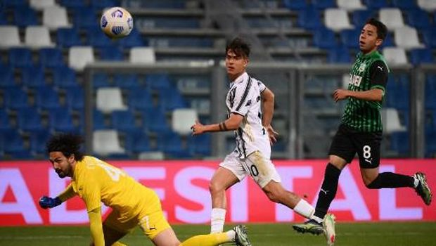 Juventus' Argentine forward Paulo Dybala (C) shoots to score the third goal during the Italian Serie A football match Sassuolo vs Juventus on May 12, 2021 at the Mapei-Citta del Tricolore stadium in Reggio Emilia. (Photo by Marco BERTORELLO / AFP)
