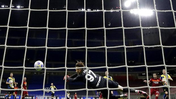 Inter Milan's Marcelo Brozovic scores against Roma during a Serie A soccer match between Inter Milan and Roma at the San Siro stadium in Milan, Italy, Sunday, Feb. 28, 2021. (AP Photo/Luca Bruno)