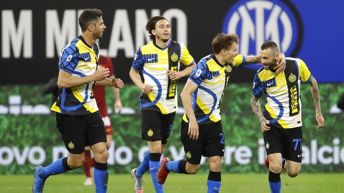 Inter Milans Marcelo Brozovic, right, celebrates with his teammates his goal against Roma during a Serie A soccer match between Inter Milan and Roma at the San Siro stadium in Milan, Italy, Sunday, Feb. 28, 2021. (AP Photo/Luca Bruno)