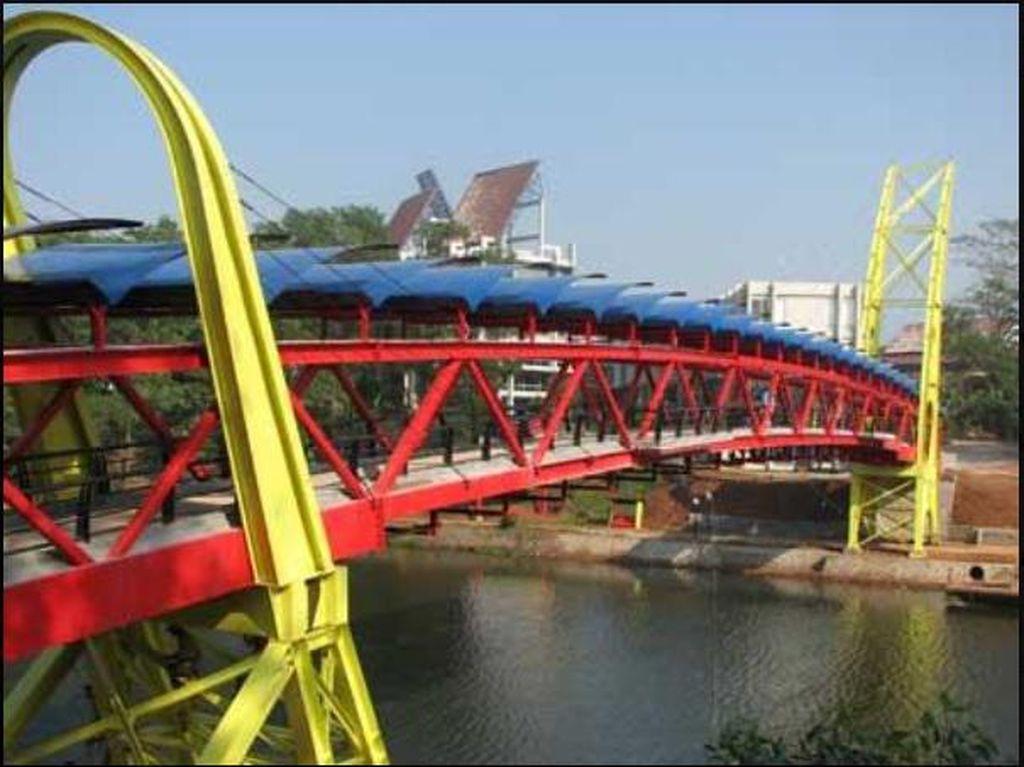 Lingga Yoni di Jembatan Teksas UI