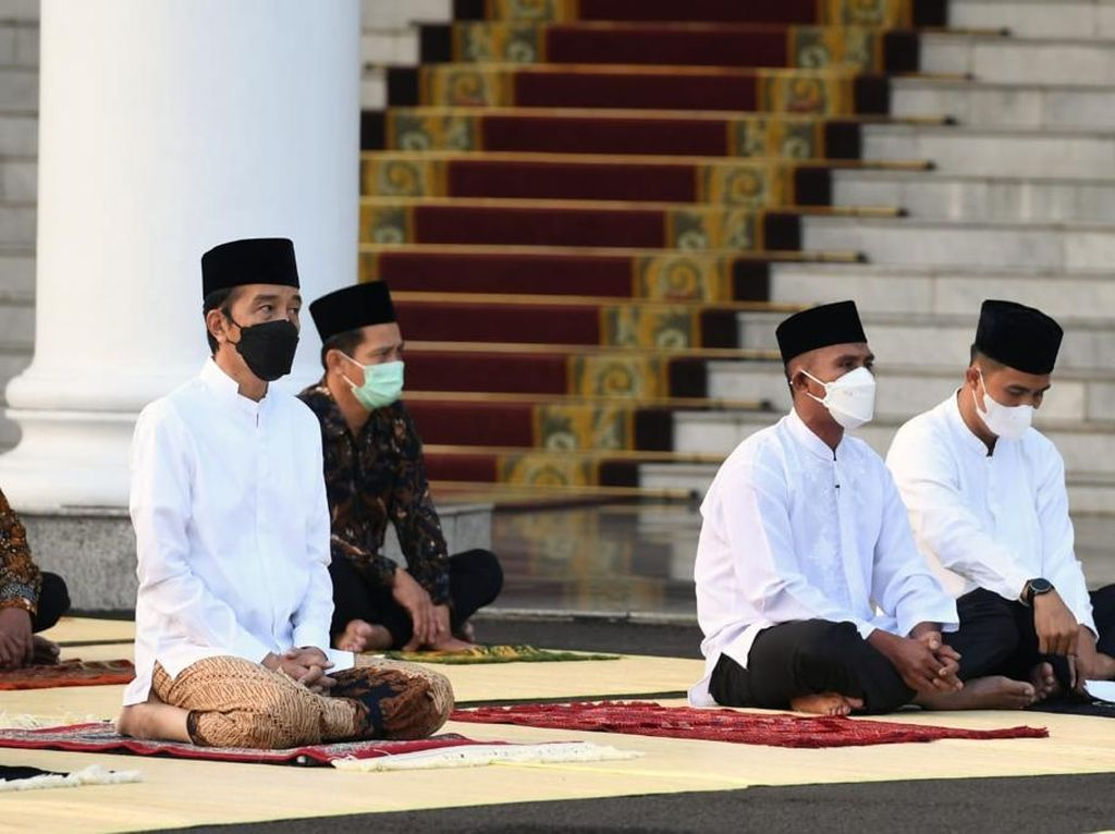 Jokowi dan Iriana Salat Id di Halaman Istana Bogor