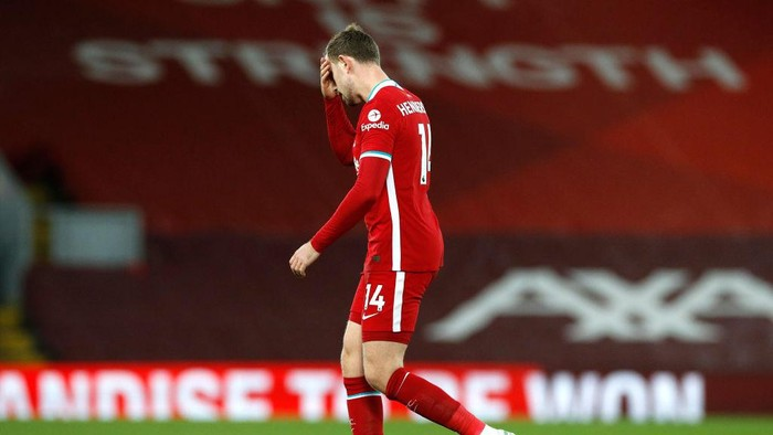 LIVERPOOL, ENGLAND - FEBRUARY 20: Jordan Henderson of Liverpool leaves the pitch as he is substituted off due to injury during the Premier League match between Liverpool and Everton at Anfield on February 20, 2021 in Liverpool, England. Sporting stadiums around the UK remain under strict restrictions due to the Coronavirus Pandemic as Government social distancing laws prohibit fans inside venues resulting in games being played behind closed doors. (Photo by Phil Noble - Pool/Getty Images)