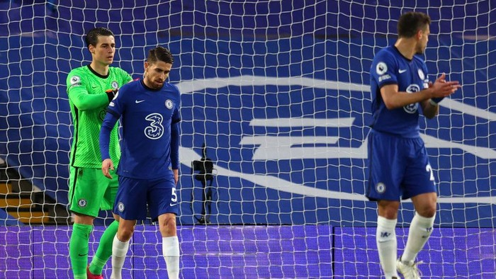 LONDON, ENGLAND - MAY 12: Kepa Arrizabalaga and Jorginho of Chelsea cut dejected figures as Emile Smith Rowe of Arsenal (not pictured) scores their sides first goal  during the Premier League match between Chelsea and Arsenal at Stamford Bridge on May 12, 2021 in London, England. Sporting stadiums around the UK remain under strict restrictions due to the Coronavirus Pandemic as Government social distancing laws prohibit fans inside venues resulting in games being played behind closed doors. (Photo by Catherine Ivill/Getty Images)