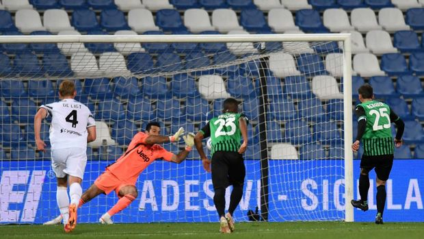 REGGIO NELL'EMILIA, ITALY - MAY 12: Gianluigi Buffon of Juventus saves a penalty from Domenico Berardi of U.S. Sassuolo Calcio  during the Serie A match between US Sassuolo and Juventus at Mapei Stadium - Città del Tricolore on May 12, 2021 in Reggio nell'Emilia, Italy. Sporting stadiums around Italy remain under strict restrictions due to the Coronavirus Pandemic as Government social distancing laws prohibit fans inside venues resulting in games being played behind closed doors.  (Photo by Alessandro Sabattini/Getty Images)