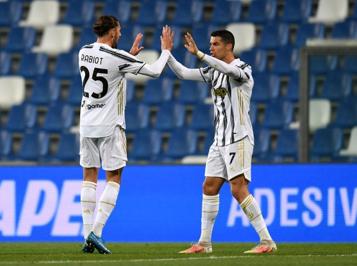 REGGIO NELLEMILIA, ITALY - MAY 12: Adrien Rabiot of Juventus celebrates with Cristiano Ronaldo after scoring their sides first goal during the Serie A match between US Sassuolo and Juventus at Mapei Stadium - Città del Tricolore on May 12, 2021 in Reggio nellEmilia, Italy. Sporting stadiums around Italy remain under strict restrictions due to the Coronavirus Pandemic as Government social distancing laws prohibit fans inside venues resulting in games being played behind closed doors.  (Photo by Alessandro Sabattini/Getty Images)