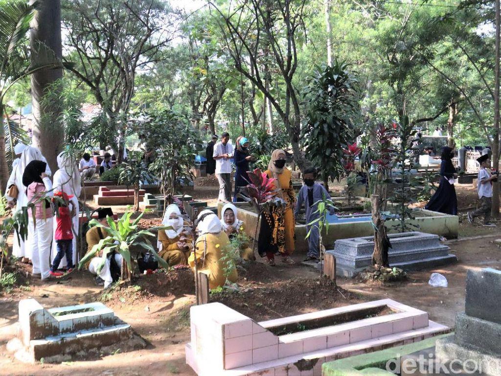 Kala Warga Bandung Ramai-ramai Ziarah Kubur di Momen Lebaran
