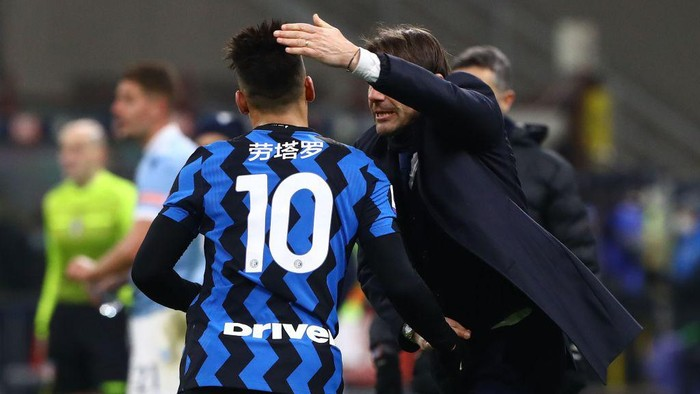 MILAN, ITALY - FEBRUARY 14:  Lautaro Martinez of FC Internazionale celebrates with his coach Antonio Conte after scoring their sides third goal during the Serie A match between FC Internazionale  and SS Lazio at Stadio Giuseppe Meazza on February 14, 2021 in Milan, Italy. (Photo by Marco Luzzani/Getty Images)