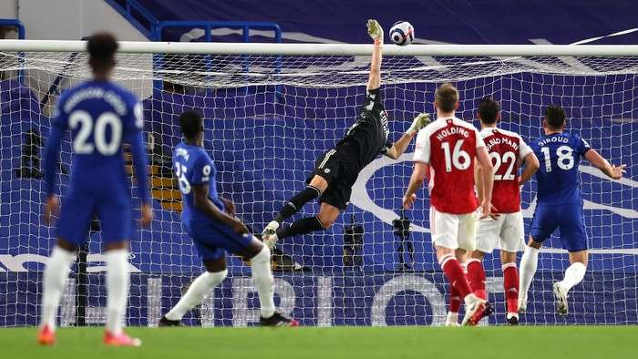 LONDON, ENGLAND - MAY 12: Bernd Leno of Arsenal makes a save from Kurt Zouma of Chelsea during the Premier League match between Chelsea and Arsenal at Stamford Bridge on May 12, 2021 in London, England. Sporting stadiums around the UK remain under strict restrictions due to the Coronavirus Pandemic as Government social distancing laws prohibit fans inside venues resulting in games being played behind closed doors. (Photo by Catherine Ivill/Getty Images)