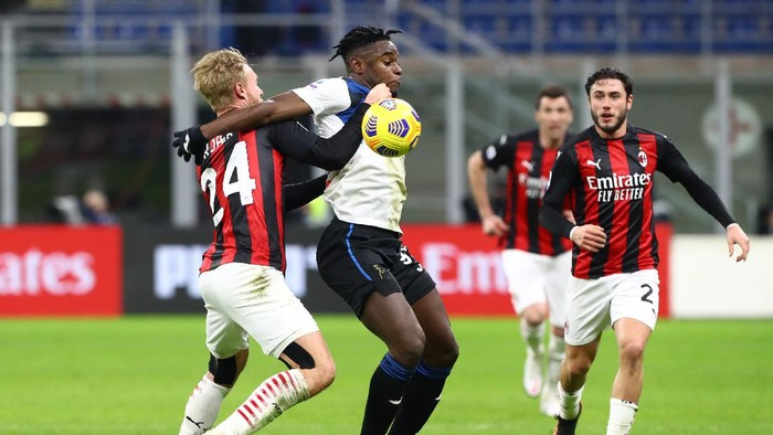 MILAN, ITALY - JANUARY 23: Duvan Zapata of Atalanta is challenged by Simon Kjaer of Milan during the Serie A match between AC Milan and Atalanta BC at Stadio Giuseppe Meazza on January 23, 2021 in Milan, Italy. Sporting stadiums around Italy remain under strict restrictions due to the Coronavirus Pandemic as Government social distancing laws prohibit fans inside venues resulting in games being played behind closed doors. (Photo by Marco Luzzani/Getty Images)