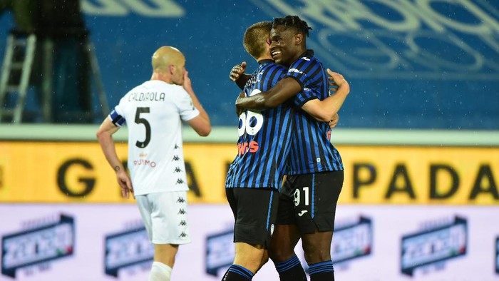 BERGAMO, ITALY - MAY 12: Mario Pasalic of Atalanta B.C. celebrates after scoring their sides second goal with Duvan Zapata during the Serie A match between Atalanta BC  and Benevento Calcio at Gewiss Stadium on May 12, 2021 in Bergamo, Italy. Sporting stadiums around Italy remain under strict restrictions due to the Coronavirus Pandemic as Government social distancing laws prohibit fans inside venues resulting in games being played behind closed doors.  (Photo by Pier Marco Tacca/Getty Images)