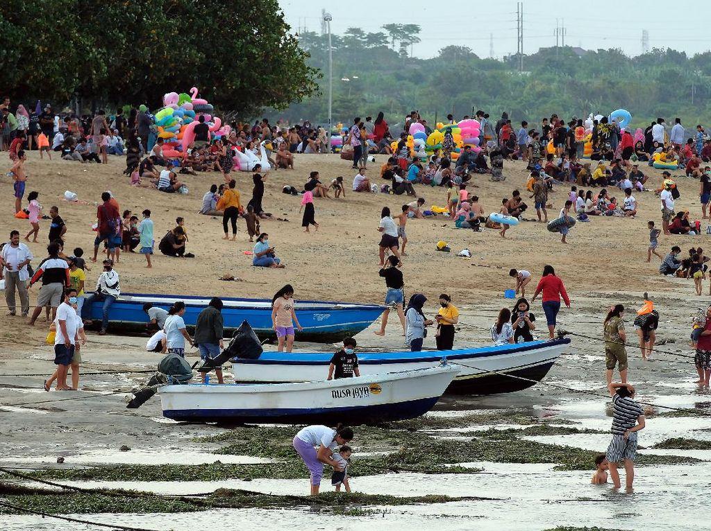 Pantai Sanur Ramai di Hari Pertama Lebaran