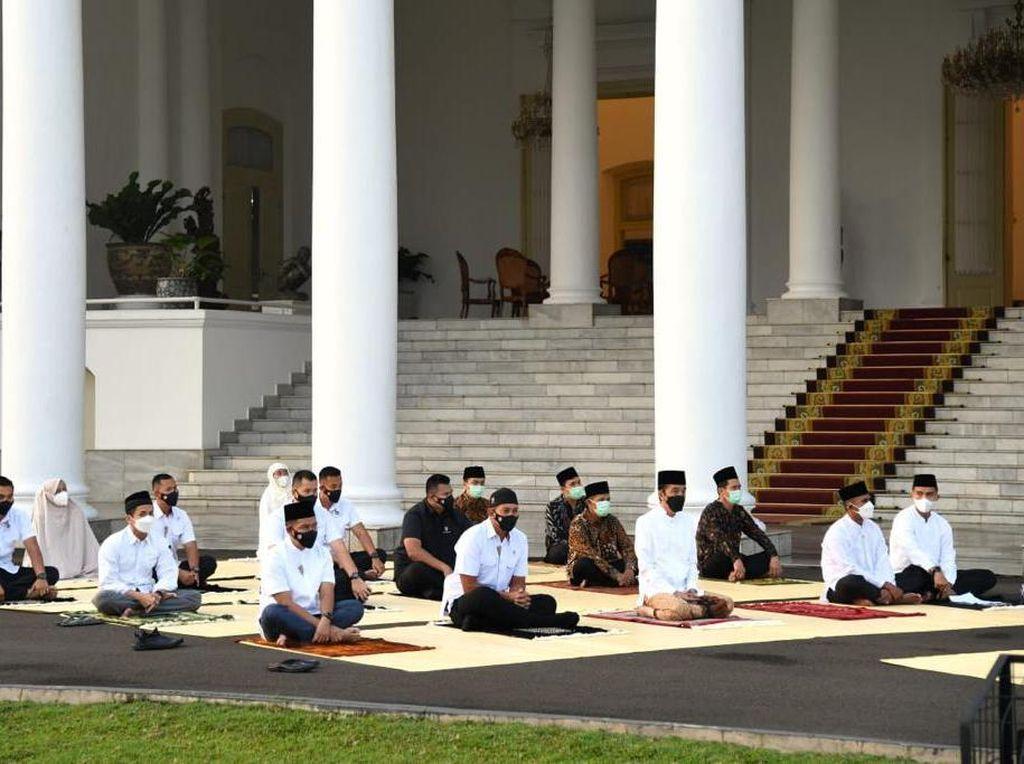 Momen Jokowi-Iriana Salat Idulfitri di Halaman Istana Bogor