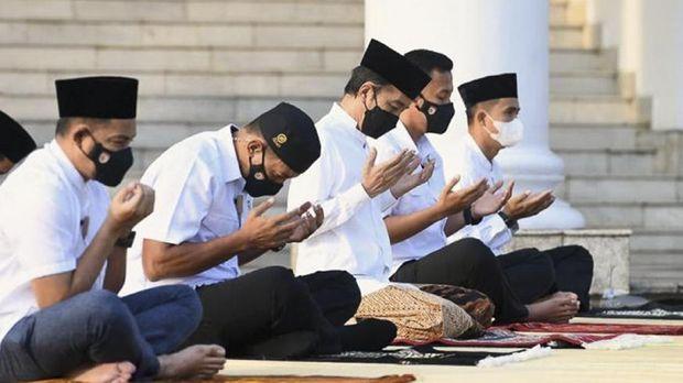 Presiden Joko Widodo bersama dengan Ibu Negara Iriana Joko Widodo menunaikan salat Idulfitri 1442 Hijriah di halaman Gedung Induk Istana Kepresidenan Bogor pada Kamis (13/5). (Lukas - Biro Pers Sekretariat Presiden)