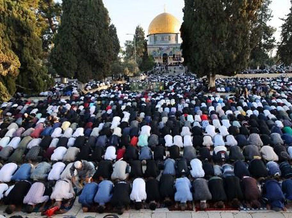 Ribuan Warga Palestina Salat Id di Masjid Al-Aqsa