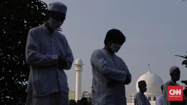 Umat muslim menunaikan ibadah Shalat Idul Fitri 1442 H di lingkungan Masjid Al-Azhar, Jakarta, Kamis, 13 Mei 2021. Umat muslim di seluruh Indonesia mulai melaksanakan shalat Idul Fitri secara berjamaah di tengah pandemik COVID-19, dengan mengunakan protokol kesehatan. (CNN Indonesia/ Adhi Wicaksono)