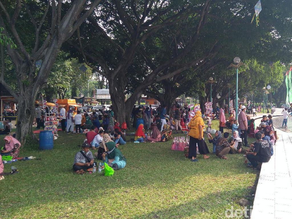 8 Ribuan Orang Kunjungi TMII di Hari Lebaran, Pengurus: Kangen Kampung
