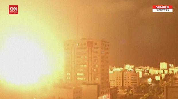 Ledakan besar kembali mengguncang Kota Gaza pada Kamis (13/5) pagi.Ledakan tersebut terjadi beberapa jam setelahIsraelberjanji terus menghantamHamas, faksi Palestina penguasaJalur Gaza.Sebelumnya, serangan udara Israel di sebuah pos komando Hamas di Jalur Gaza menewaskan 16 tokoh Hamas pada Rabu (12/5).Ketegangan meningkat pada Jumat pekan lalu karena kemungkinan pengusiran warga Palestina dari rumah mereka di tanah yang diklaim oleh pemukim Israel.Situasi makin panas awal pekan ini, ketika warga Israel ingin memasuki kompleks Masjid Al-Aqsa untuk memperingati pencaplokan wilayah Yerusalem dalam Perang Enam Hari pada 1967 silam.Pencaplokan itu tidak diakui oleh komunitas internasional.Ratusan warga Palestina lantas menyambangi Masjid Al-Aqsa dan dilaporkan melempari batu ke arah petugas keamanan. Bentrokan antara warga Palestina dan aparat Israel pun tak terbendung.Sejak saat itu, Israel dan Palestina saling serang.Faksi Palestina, Hamas, melontarkan ratusan roket, sementara Israel melancarkan serangan udara ke Jalur Gaza.