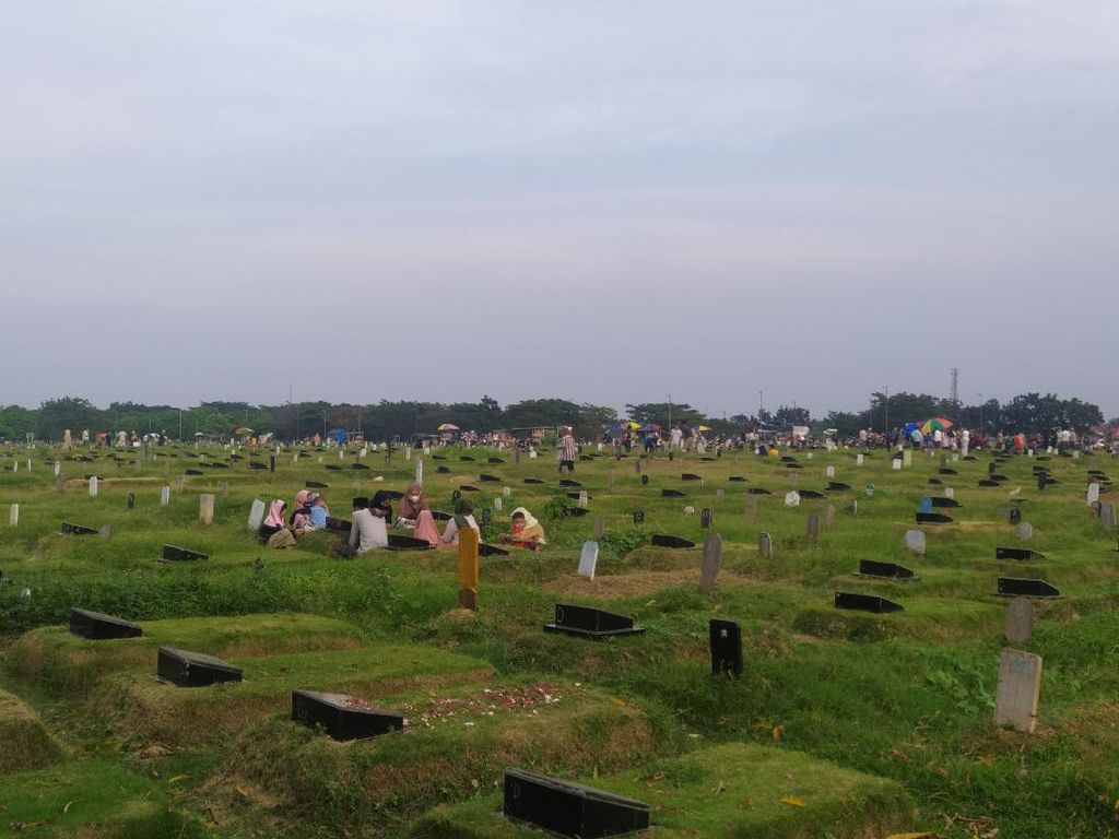 Cerita Peziarah Dilema Kunjungi Makam Orang Tua di TPU Tegal Alur