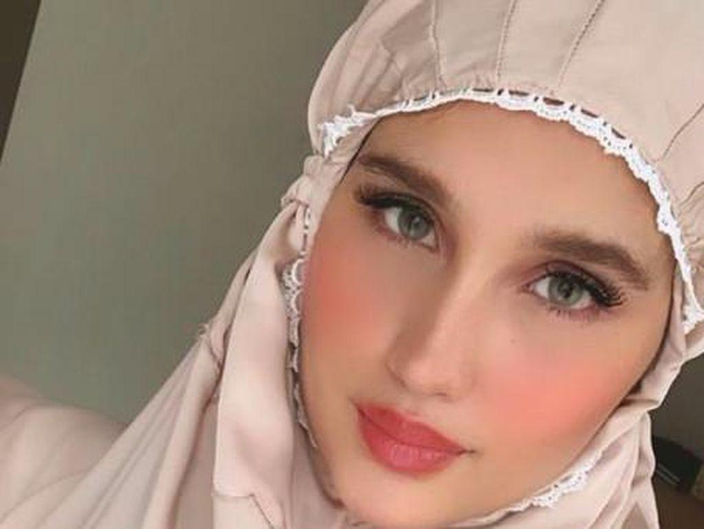Penampilan Cinta Laura saat Lebaran Panen Pujian, Disebut Barbie Solehah