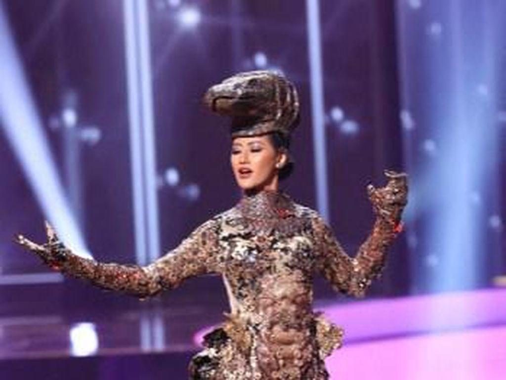 Penampilan Ayu Maulida Kenakan Kostum Komodo di Miss Universe 2020